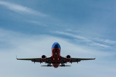 飛行機が空を飛んでいるジェット機 自動的に生成された説明