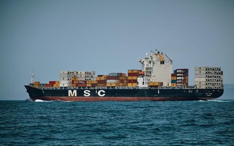 海の上を走っている船 自動的に生成された説明