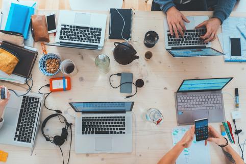 屋内, 人, テーブル, ノートパソコン が含まれている画像 自動的に生成された説明